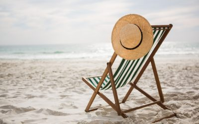 straw hat kept on empty beach chair 400x250 - Actualités